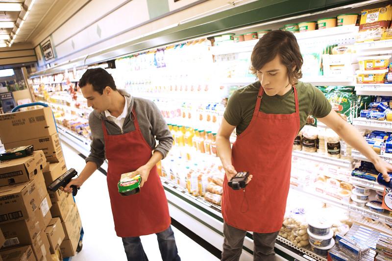 nhân viên quầy hàng siêu thị